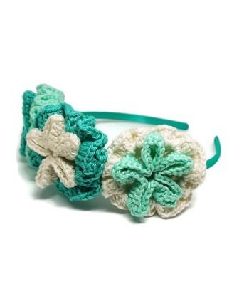 Puošnus mėtinis nertų gėlių lankelis mergaitei